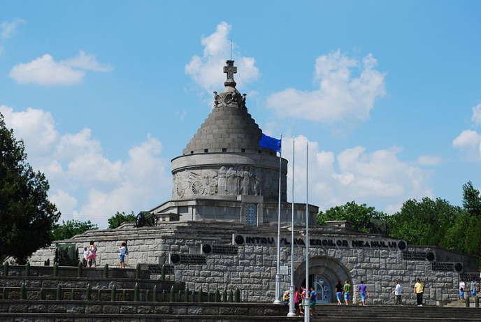 Pendant la Première Guerre Mondiale, Mărășești fut le siège d'une bataille entre la Roumanie et l'Allemagne. Un mausolée contenant les corps de 6 000 soldats roumains y a été construit pour commémorer la victoire de la Roumanie.