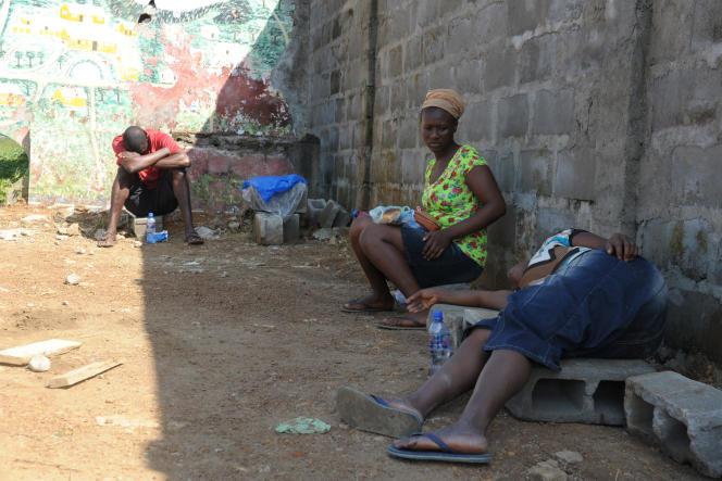 A Monrovia, le 7 septembre, malades devant le centre médical Elwa, totalement saturé.
