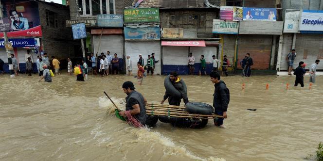 Les autorités indiennes manquent de bateaux pour secourir les personnes encore bloquées.