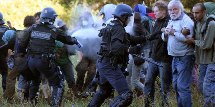 Des heurts entre forces de l'ordre et opposants au projet de barrage de Sivens, dans le Tarn, le1erseptembre2014.