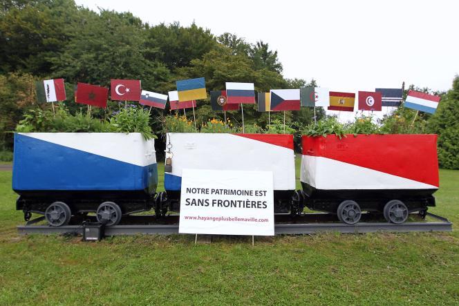Des opposants au FN ont planté des drapeaux des pays dont étaient originaires les mineurs d'Hayange, car le maire frontiste a fait repeindre en bleu, blanc et rouge les anciens wagonnets des mines.