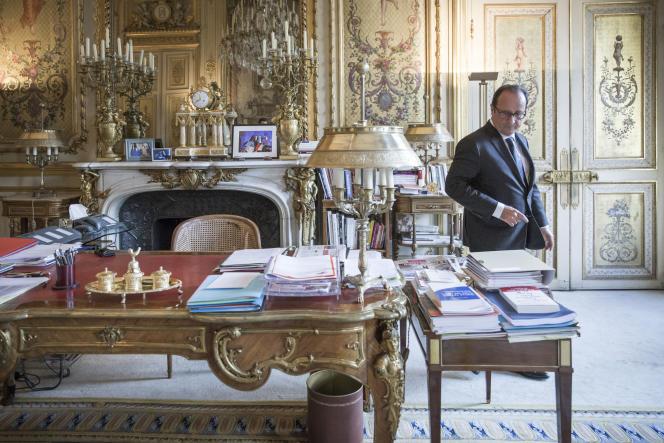 François Hollande, dans son bureau du palais de l'Elysée à Paris, le 19 août.