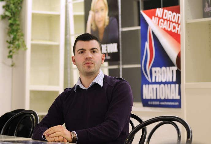 Fabien Engelmann (FN) pose lors de la campagne pour les élections municipales à Hayange (Moselle).