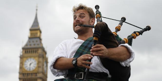 Joueur de cornemuse devant le Big Ben à Londres, le 10 septembre.