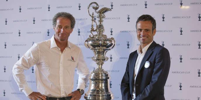 Michel Desjoyeaux et Franck Cammas de Team France, posant devant le plus vieux trophée sportif, le 9 septembre à Londres.