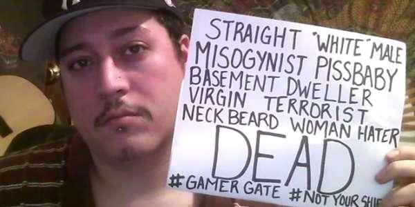 Un internaute se prend en photo pour les campagnes #GamerGate et #NotYourShield.