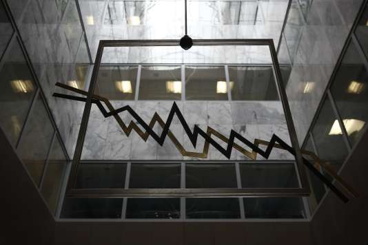 Une sculpture métallique représentant un graphique boursier, dans la salle de réception de la Bourse d'Athènes.