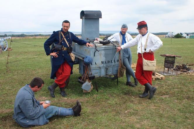 Les membres de l'association du Poilu de la Marne à l'occasion des  commémorations du centenaire de la mobilisation, le 2 août 2014, à Epernay dans la Marne.