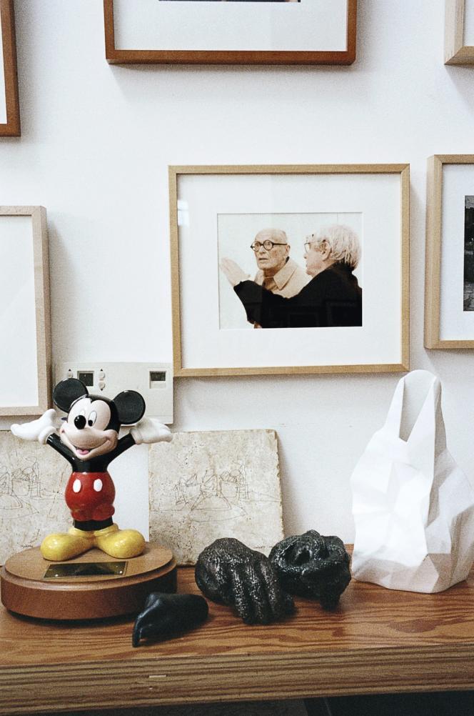 Une photographie Frank Gehry avec Le Corbusier dans le bureau de l'architecte, où trône aussi un clin d'œil à l'un de ses chefs-d'œuvre, le Walt Disney Concert Hall.