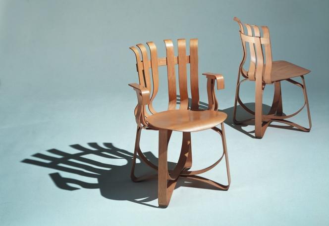 Deux chaises de la collection Bentwood imaginées par l'architecte en 1993.