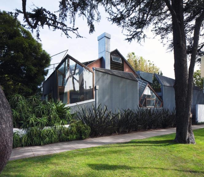 C'est avec sa propre maison de Santa Monica, en Californie, conçue à la fin des années 1970, que Frank Gehry a lancé sa carrière. On y retrouve déjà cette aversion de la ligne droite qui marque toutes ses créations.