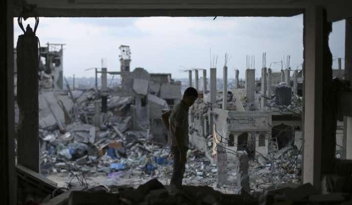 Un Palestinien dans les ruines d'une maison, le 31 août à Gaza.