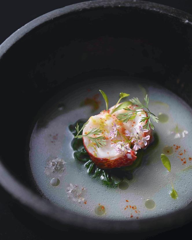 L'umami est mis à l'honneur par le chef Alexandre Bourdas dans son veau cru au jus blanc, pesto et salami d'Aveyron, et son homard poché, bouillon clair à la noix de coco, livèche et coriandre.