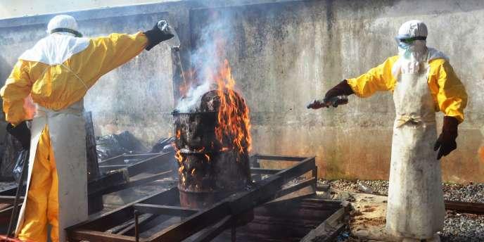 Des personnels médicaux de Médecins sans frontières brûlent du matériel usagé pour éviter la contamination par le virus Ebola, le 13 septembre à Conakry, en Guinée.