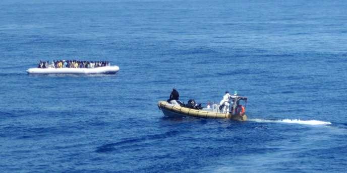 Images diffusées par la marine italienne de l'opération de sauvetage, dimanche,  au large de la Sicile, après le naufrage d'une embarcation transportant des migrants.