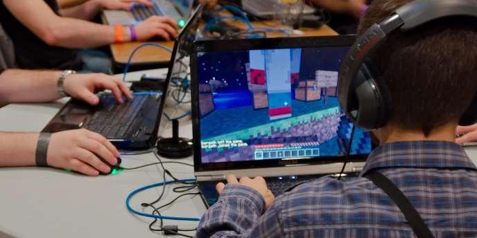 Un joueur de Minecraft.
