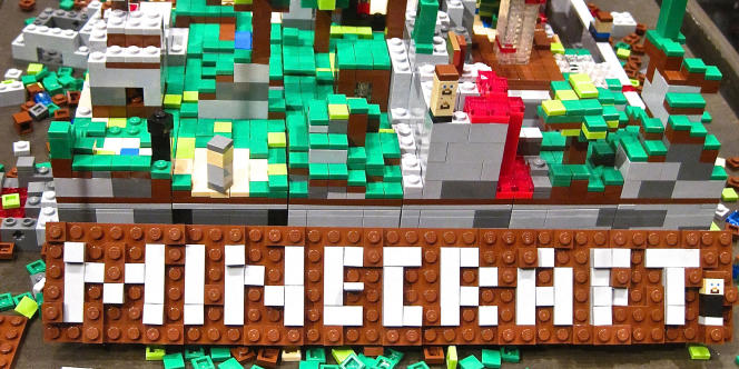 Un montage en Lego représentant un environnement typique de Minecraft.