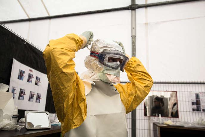Lors d'une formation de lutte contre le virus Ebola, organisée par MSF, les stagiaires apprennent à revêtir les équipements de protection.