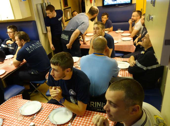 L'équipage de la « Perle », dans la cafétéria, à l'heure du repas.