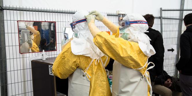 Lors d'une formation de lutte contre le virus Ebola, organisée par Médecins sans frontières, les stagiaires apprennent à revêtir les équipements de protection.