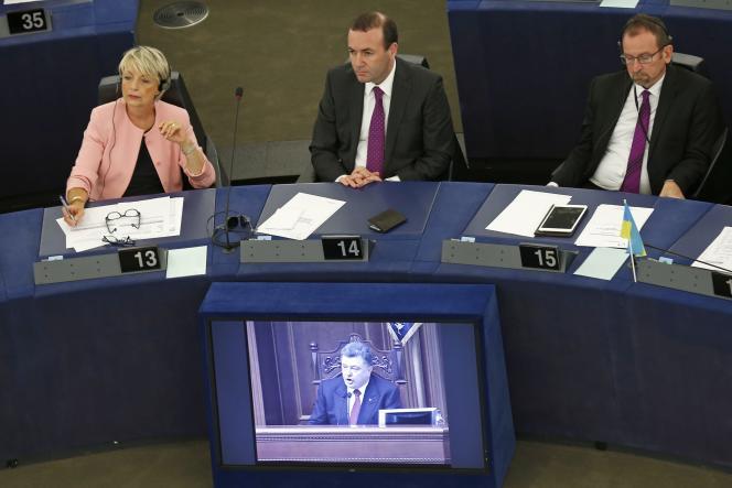 Le président ukrainien, Petro Porochenko, sur un écran de télévision, dans l'hémicycle du Parlement européen à Strasbourg, alors qu'il s'adresse à Kiev aux députés ukrainiens et aux eurodéputés. Vincent Kessler/REUTERS