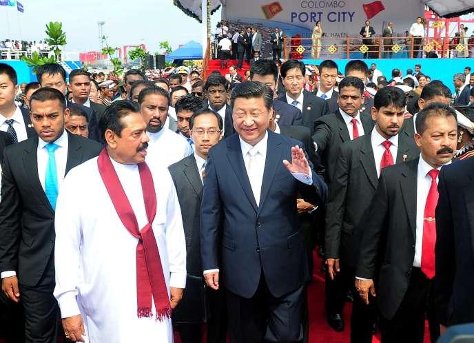 Le président chinois Xi Jinping et Mahinda Rajapakse, alors président sri-lankais, en 2014 à Colombo, lors de l'inauguration des travaux de la cité portuaire.