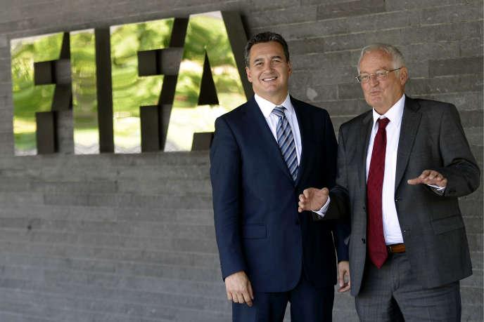 Michael J. Garcia (à g.) et Hans-Joachim Eckert, patron de la chambre de jugement de la commission d'éthique, au siège de la FIFA à Zurich, en2012.