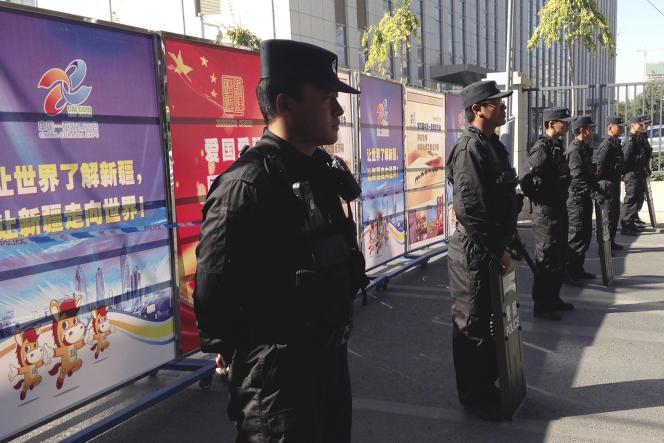 Déploiement policier à Urumqi, dans la province du Xinjiang, en septembre 2014.