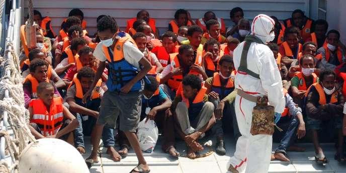 Des migrants sur le bateau de la marine italienne, le 25 août.