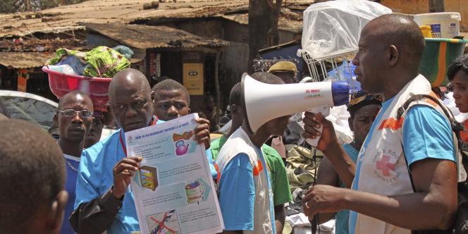 Campagne de prévention contre le virus Ebola à Conakry, en Guinée, le 30 mars.