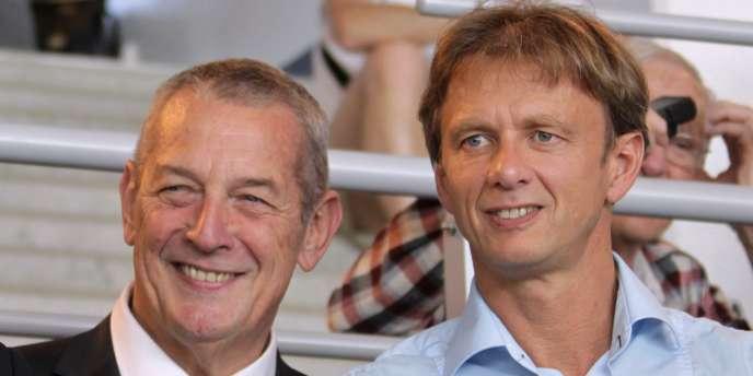 Le président de la Fédération française de natation, Francis Luyce (à gauche), et Lionel Horter, qui était alors directeur technique national, lors des Championnats de France à Chartres, enavril2014.