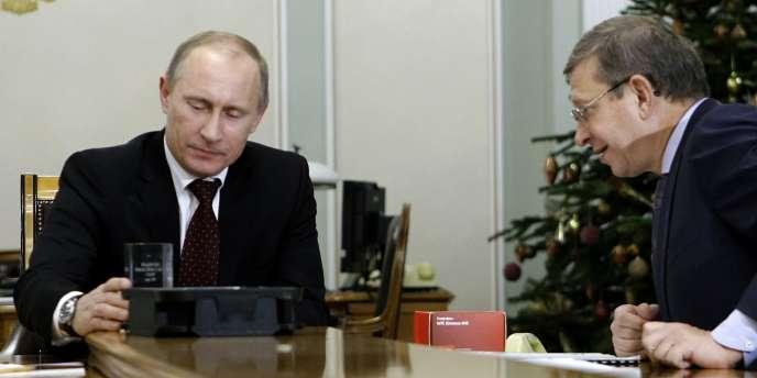 Valdimir Evtouchenkov, à droite, avec Vladimir Poutine, alors premier ministre, en décembre 2010.