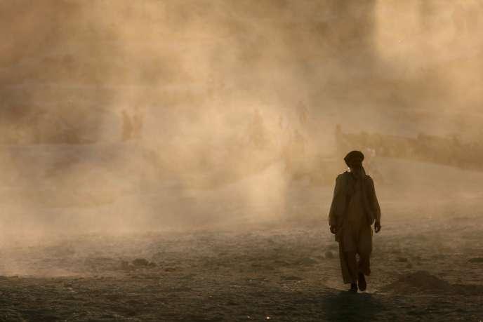 Un Afghan marche dans les rues de Kaboul le 17 septembre 2014. Reuters/Mohammad Ismail