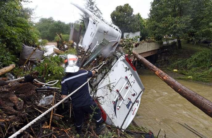 Un pompier à proximité d'un camping-car endommagé à Lamalou-les-Bains, le18septembre2014.