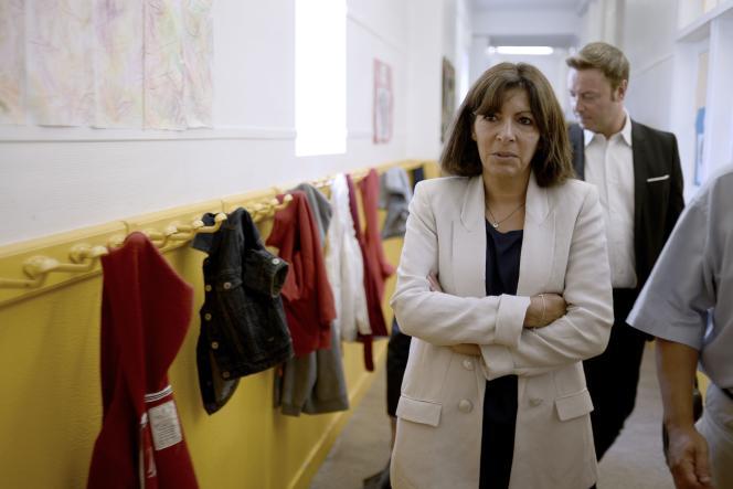 La maire de Paris Anne Hidalgo, lors d'une visite d'école le 18 septembre.