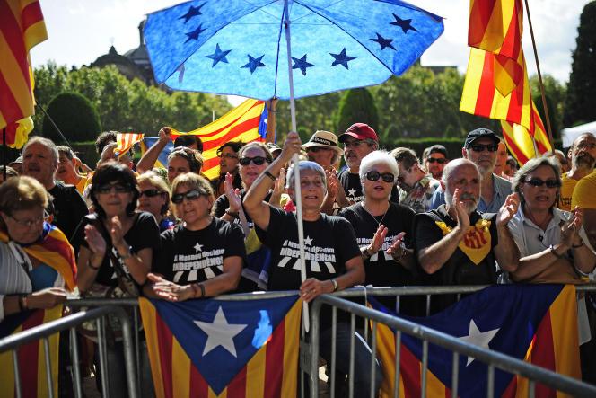 Des indépendantistes catalans lors d'un rassemblement devant le parlement catalan à Barcelone le vendredi 19 septembre 2014. AP Photo/Manu Fernandez