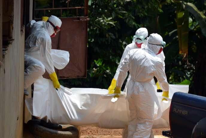 A Monrovia, une équipe médicale portant le corps d'un enfant victime du virus Ebola.