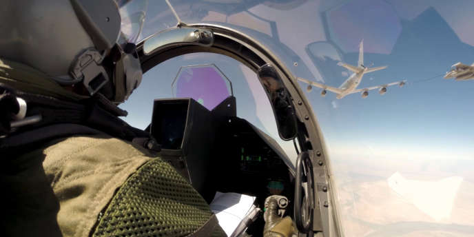 Un avion Rafale ravitaillé en vol lors d'une mission au-dessus de l'Irak.