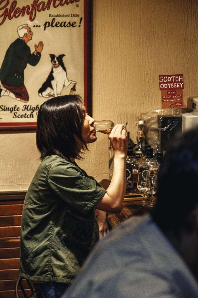 Dans le quartier chic de Ginza  à Tokyo, le bar Campbelltoun Loch et ses 350 bouteilles de whisky accueille les puristes à l'affût de nouveautés.