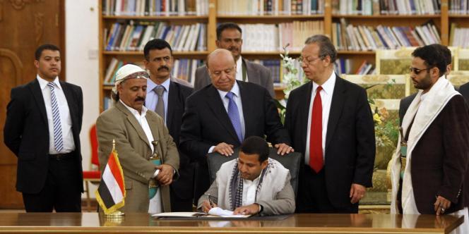Les représentants des parties chiite et sunnite signant l'accord de paix après plusieurs jours d'affrontements à Sanaa, dimanche 21 septembre.