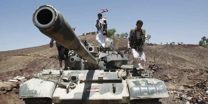 Des rebelles chiites sur un tank de l'armée yéménite, à Sanaa, la capitale du Yémen, le 22 septembre 2014.