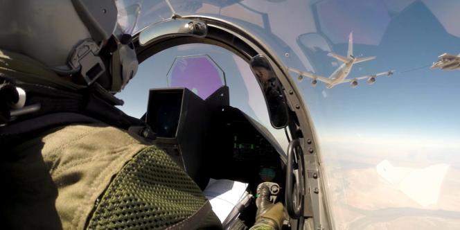 Un pilote de Rafale, parti de la base aérienne Al-Dhafra, au sud d'Abou Dhabi, le 18 septembre.