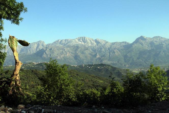 Kabylia adalah wilayah pegunungan yang sangat berhutan dan padat penduduk, terletak sekitar seratus kilometer sebelah timur Aljir.