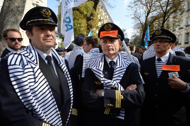 Des pilotes d'Air France manifestent le 23 septembre à Paris.