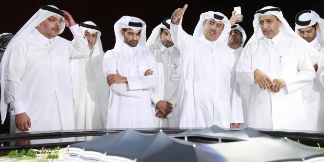 Hassan Al-Thawadi (3e gauche) et le comité d'organisation du Mondial qatari 2022, ici le 21 juin.