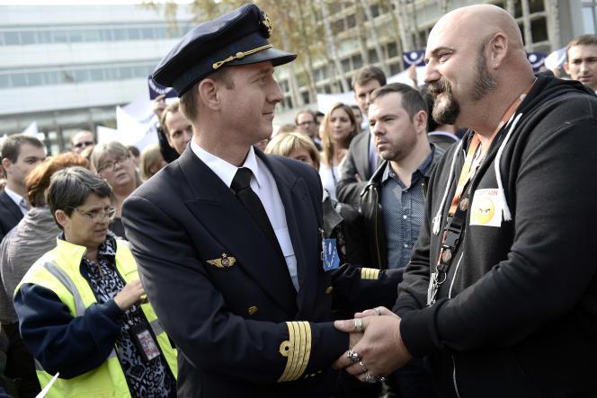 Paul Thévenon-Rousseau, pilote non gréviste, félicité par des personnels au sol d'Air France lors d'un rassemblement contre la grève, le24septembre à Roissy.