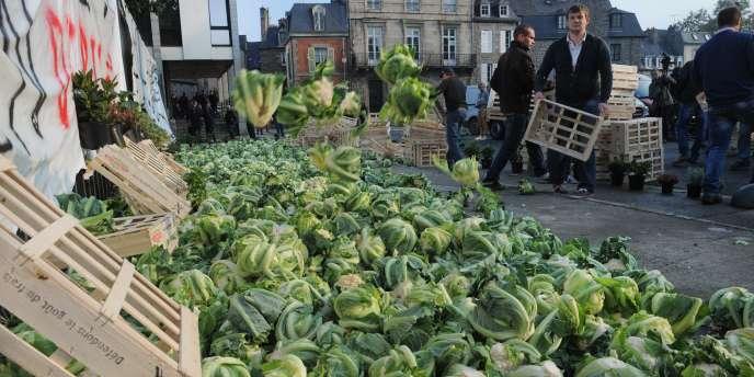 Mercredi, une cinquantaine de légumiers ont manifesté dans le calme mercredi matin à Saint-Brieuc et déversé des choux-fleurs devant la préfecture des Côtes-d'Armor.