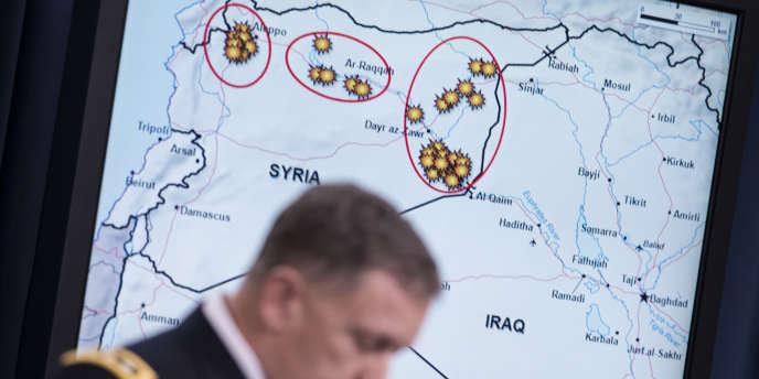 L'armée américaine présente à la presse les frappes aériennes menées contre l'Etat islamique en Syrie, le 23 septembre 2014.
