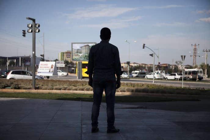 Ahmed, 28 ans, a lui aussi fui l'Etat islamique. Ici, le 19 septembre à la frontière séparant la Turquie de la Syrie.