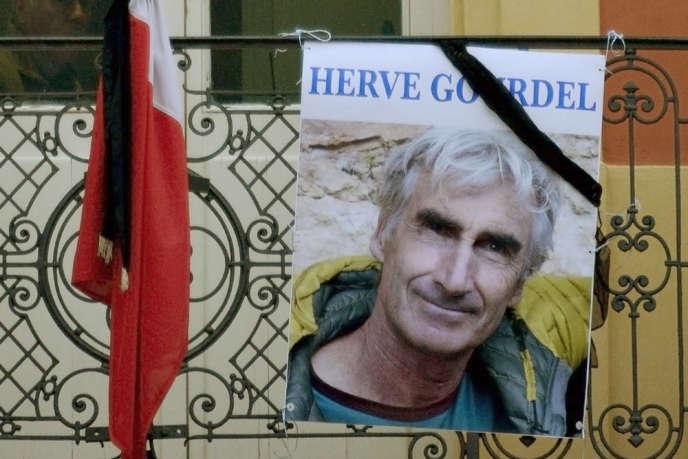 Un portrait d'Hervé Gourdel accroché à la grille de la mairie de Saint-Martin-Vésubie.